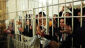 Eliminare il reato di clandestinità, così si svuotano le carceri.
